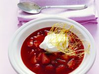 Erdbeersuppe mit Schneeklößchen