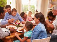 Familie isst am Tisch