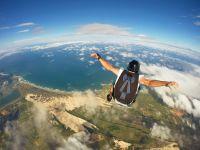 Fallschirmspringer über einem Tal