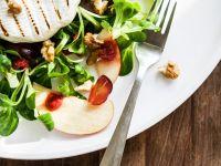 Feldsalat mit Weichkäse, Trauben und Nüssen