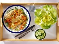 Fisch mit Gurken, Möhren und Kopfsalat