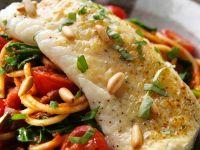 Fischfilet mit Nudeln und Tomaten