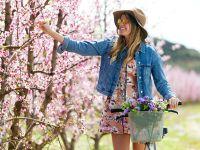 Frau im Frühling auf der Wiese