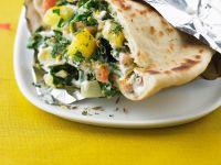 Fladenbrot mit Spinat, Kartoffelwürfeln und Joghurt