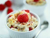 Flammeri von Joghurt und Haferflocken dazu Erdbeeren