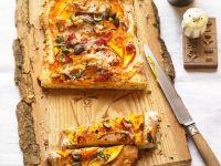 Flammkuchen mit Kürbis, Birne und Speck