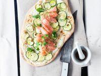 Flammkuchen mit Zucchini und Lachs