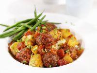 Fleischbällchen mit Tomatensoße und Kartoffeln
