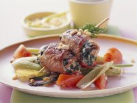 Fleischröllchen-Spieß mit Tomaten und Fenchel