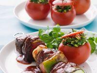 Fleischspieße mit Gemüse und Käse