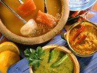 Fondue mit Fisch und Saucen