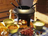 Fondue mit Rinderfilet und dreierlei Saucen
