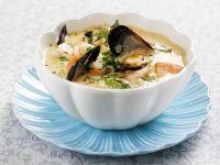 Französische Fischsuppe mit Shrimps, Muscheln und Safran