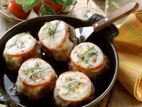 Frikadellenbällchen mit Tomaten-Mozzarella-Haube