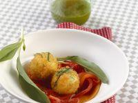Frittierte Feta-Bärlauch-Knödel mit marinierten Paprika