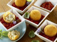 Frittierte Reisbällchen mit Tomatensoße