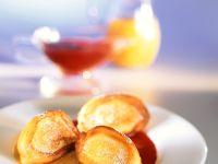 Frittierte Ricottanocken (Frittelle di ricotta) in Fruchtsauce