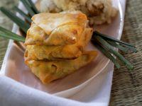Frittierte Teigtaschen mit Reisbällchen