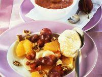 Fruchtsalat mit Sahne und Pflaumensauce