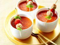 Gazpacho mit Fisch-Spießchen