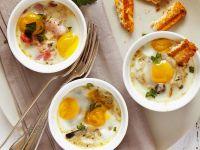 Gebackene Eier mit Champignons und Speck