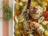 Gebackene Hähnchenschlegel mit Paprika-Porree-Kartoffeln