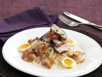 Gebratene Entenbrust mit Sauerkraut, Pfifferlingen und Wachtelei