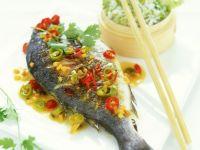 Gebratene Goldbrasse und Reis mit Chinakohl