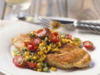 Gebratene Hähnchenbrust mit Salsa aus Mais und Tomaten