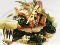 Gebratene Makrelenfilets mit Spinatgemüse