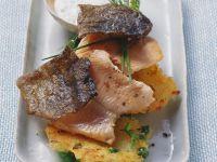Gebratene Saiblingsfilets mit Kartoffel-Erbsen-Puffern