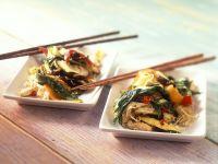 Gebratenes Gemüse und Bärlauch aus dem Wok mit Eiernudeln