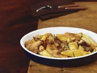 Gebratenes Hähnchen mit Kartoffeln und Kürbis