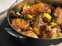 Gebratenes Hähnchen mit Oliven und Zitronen