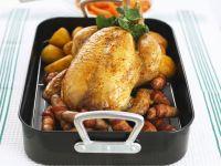 Gebratenes Hähnchen mit Würstl und Kartoffeln