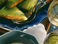 Gedämpfte Lauchröllchen mit Paprikasauce