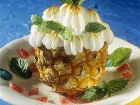 Gefüllte Ananas mit Baiserhaube
