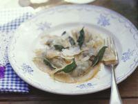 Gefüllte Nudeln mit Parmesan und Salbeibutter