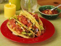 Gefüllte Taco-Shells mit Tomatensalsa und Hackfleisch
