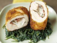Gefülltes Hähnchen mit Bresaola und Mozzarella dazu Spinat