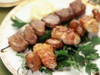 Gegrillte Austern- und Rinderfiletspieße
