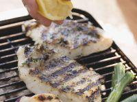 Gegrillte Fischfilets mit Zitrone