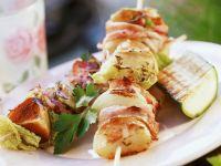 Gegrillte Fleischspieße mit Zucchini