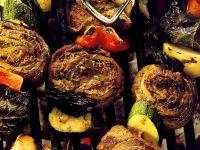 Gegrillte Fleischspieße mt Gemüse