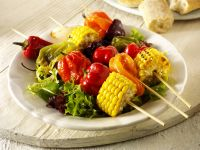 Gegrillte Gemüsespieße mit Blattsalat