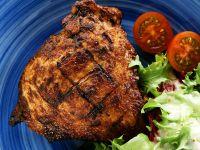 Gegrillte Koteletts mit Salat