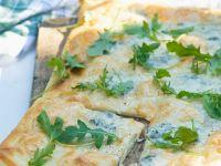 Gegrillte Pizza mit Rucola und Käse