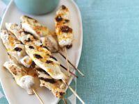 Gegrillte Spieße mit Fisch dazu Gemüsesalat