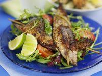 Gegrillte Spieße mit Fisch dazu Salat