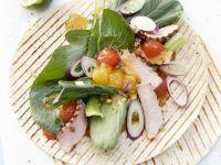 Gegrillte Weizentortilla mit Kalbfleisch, Melonenchutney und Senfspinat